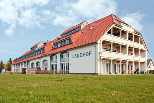 Landhof Usedom App. 204 Stolpe Landhof Usedom App. 204 offers accommodation in Stolpe auf Usedom. Landhof Usedom App. 204 is 300 metres from Stolpe Castle.  The kitchen is fitted with a dishwasher, an oven and a microwave and there is a private bathroom.