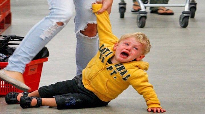 """Dětský vztek trápí téměř každou rodinu. Rodiče většinou vůbec nerozumí tomu, proč se dítě vzteká, a snaží se situaci vyřešit co nejrychleji. Z jejich úst můžeme slyšet například: """"Pšt, nekřič tolik"""" nebo """"No tak, uklidni se, nevidíš, že se na tebe všichni dívají.""""  Na vztekání můžete reagovat jen dvěma způsoby. A to buď tak, že se naučíte scénu zastavit a vyřešit ji, nebo ji rozjedete ještě víc."""