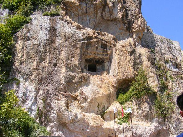 Kaleköy Kalesi Kaya Mezarları: Ünye İlçe merkezinin 7 km. batısında Kale köyünde bulunmaktadır. Kalenin etek kısmı oyularak yapılmıştır. Girişi antik grek tapınaklarındaki gibi alınlık formunda düzenlenmiş, yanları iç bükeydir kavislidir, iç kısımlarına freskler bulunmaktadır. Helenistik döneme ait vadi boyunca birçok mezara rastlanır. (Ordu, Türkiye)