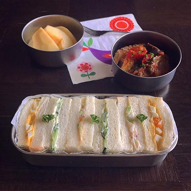 . 7/2(日) . . #サンドイッチ弁当 たまご、ポテサラ、きゅうりのサンド 味噌ラタトゥイユ 、りんご . 珍しくパンのお弁当にしてみた。 切るのも箱に収めるのも超むずい 上手な方、尊敬します…… . 7月も出来るだけ元気に頑張ろう! どうぞよろしくお願いいたします。 . #tsubento7#工房アイザワ