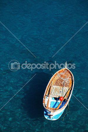 Одинокая лодка на берегу океана — Стоковое фото © rechitansorin #25701979