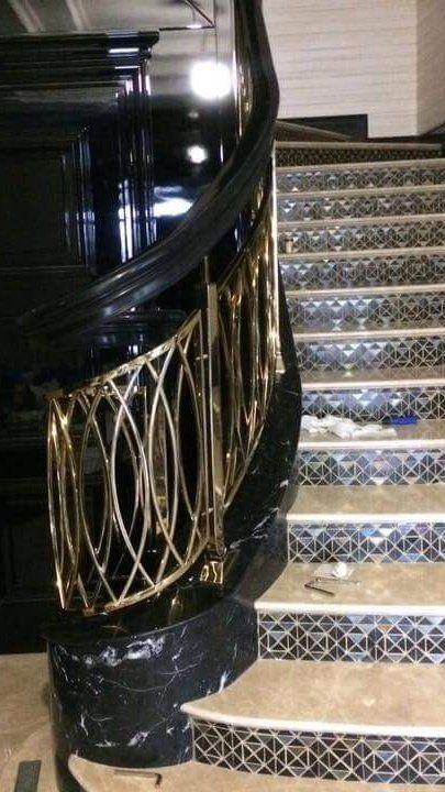 Черная лестница из акрилового камня. Черные поручни из акрилового камня. Дизайн лестницы. Акриловый камень. Дом.