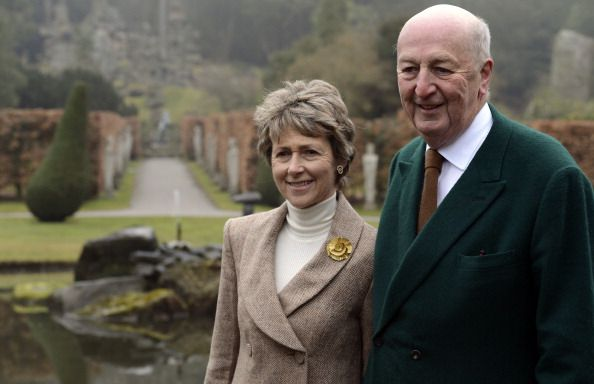 Peregrine Cavendish Duke of Devonshire and his wife Amanda Duchess of Devonshire pose in the grounds of the Chatsworth House stately home in Bakewell. (594×384)