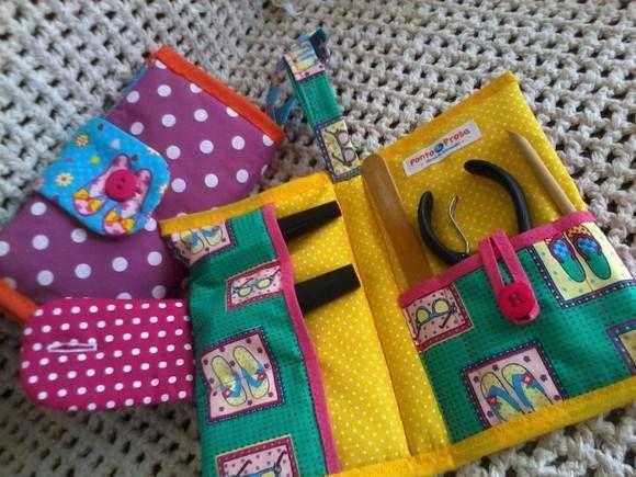Necessaire confeccionada em tecido, com divisórias para esmalte, alicate, etc. R$ 20,99