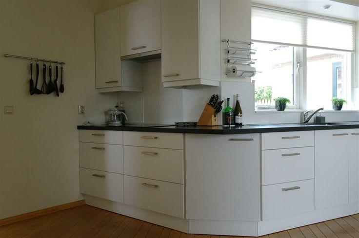 Complete renovatie. Onder de nieuwe Siemens kookplaat zijn twee op maat gemaakte brede voorraad-laden kasten toegepast (2x75cm breed)