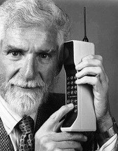 """IL TELEFONO CELLULARE - 1983 Sono passati esattamente 30 anni dal6 Marzo 1983giorno in cui, dopo 10 anni di ricerche ed investimenti, arrivò sul mercato il primo telefono cellulare, era unMotorola DynaTAC 8000x, soprannominato""""The Brick"""", il mattone."""