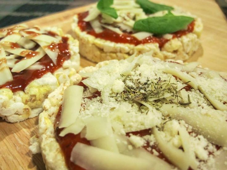 Craving pizza, but don't want the calories? Try these quick and easy Rice Cake Pizzas:  1 white cheddar rice cake 1–2 tablespoons tomato sauce Thyme essential oil to taste  Apply desired toppings: Mozzerella cheese Vegetables Pepperoni