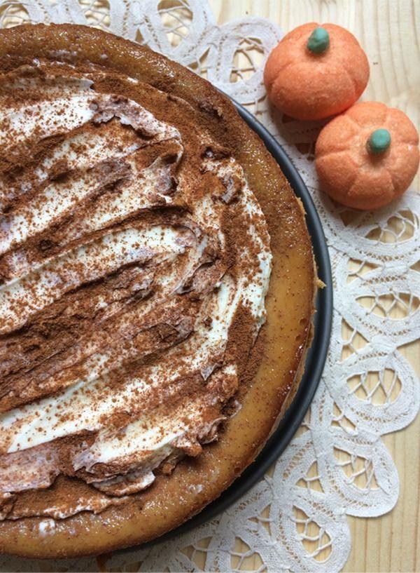 Cheesecake de calabaza con especias y cobertura de queso. Incluye canela, esencia de vainilla y nuez moscada. Base de galletas María.