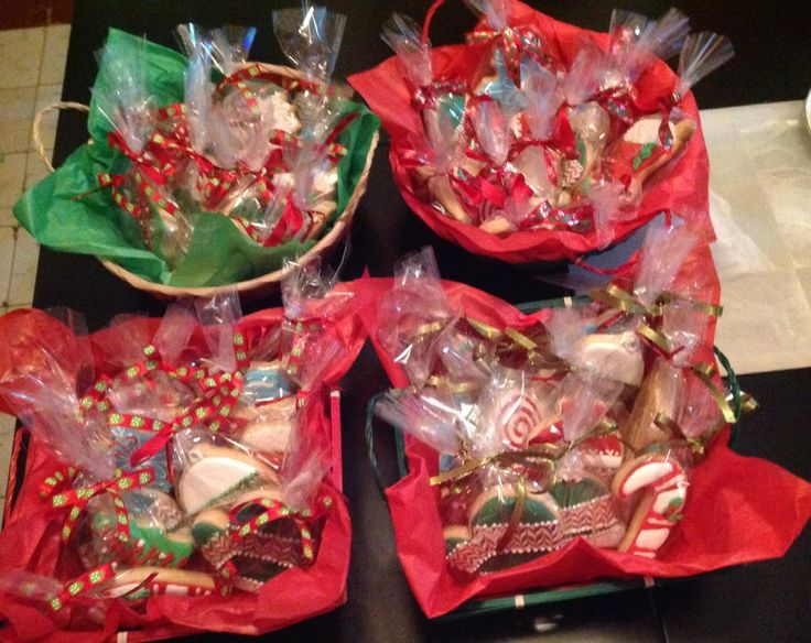 Canastas navide as con galletas navide as galleta - Canastas de mimbre decoradas ...