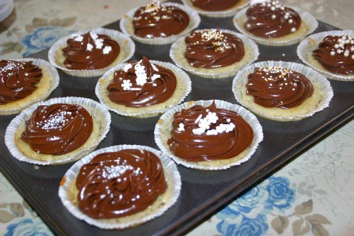 Så er vi rent faktisk omsider kommet til sidste kage fra kagebordet. I den oprindelige plan havde jeg planlagt to slags cupcakes – gulerodscupcakes med flødeostefrosting og vanillecupc…