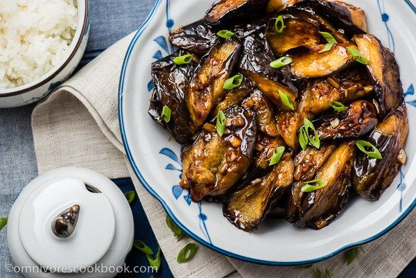 Chinese Eggplant with Garlic Sauce (vegan) - Cook crispy and flavorful eggplant with the minimum oil and effort | omnivorescookbook.com