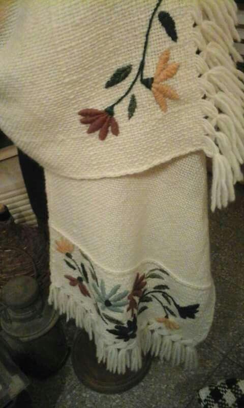 Manta tejida en telar y bordada por Ana Janson.