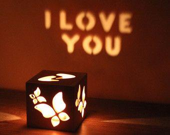 Wir sind mehr als glücklich, beachten Sie bitte unsere einzigartige Magie-Kerze-Halter. Wir sind in der Lage, Wörter in das Holz geschnitten, so dass der Inhaber eine benutzerdefinierte Meldung an eine Wand projizieren kann. Alles, was Sie tun müssen ist laden eine Kerze in die Halterung, und legen Sie es neben einer Wand in einem dunklen Raum. Wie wird der Ort mit romantischen Licht gefüllt und Wörter erscheint an der Wand zu sehen. Dann sehen Sie die Reaktion der Menschen neben dir…