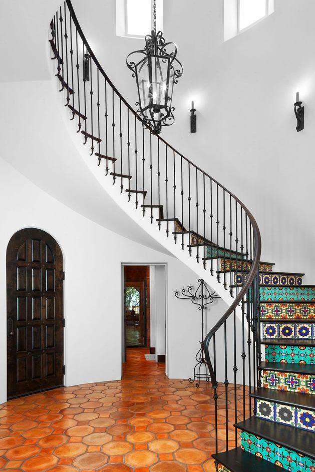 Лестница в цветах: черный, серый, белый, сине-зеленый. Лестница в стиле средиземноморский стиль.