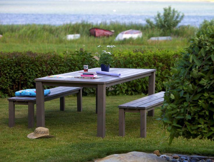 Puinen ulkokalustesetti harmaaksi pintakäsiteltyä mäntyä. - Wooden outdoor furniture with grey finish.