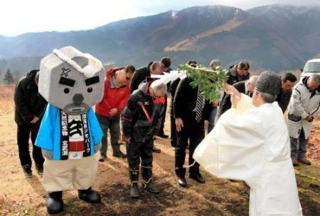 神鍋山山頂で降雪を祈願する観光関係者ら=7日午前、豊岡市日高町栗栖野 - Yahoo!ニュース(神戸新聞NEXT)