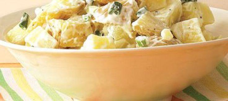 Frisse salade van aardappel en appel met verse bieslook