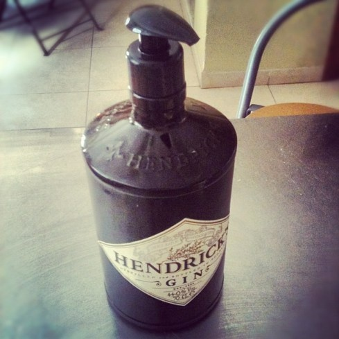 DIY: Hendrick's soapdispenser. Måske beholde prop og bore hul i til røret?