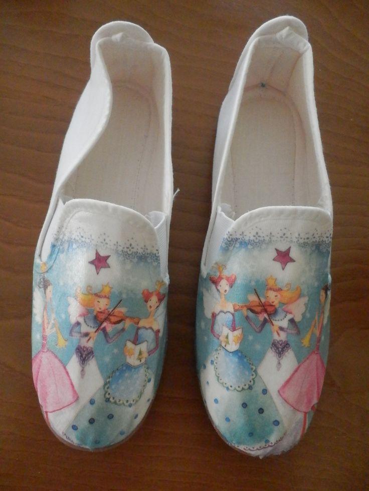 zapatillas decoradas con servilletas, de Raquel Abalorios.