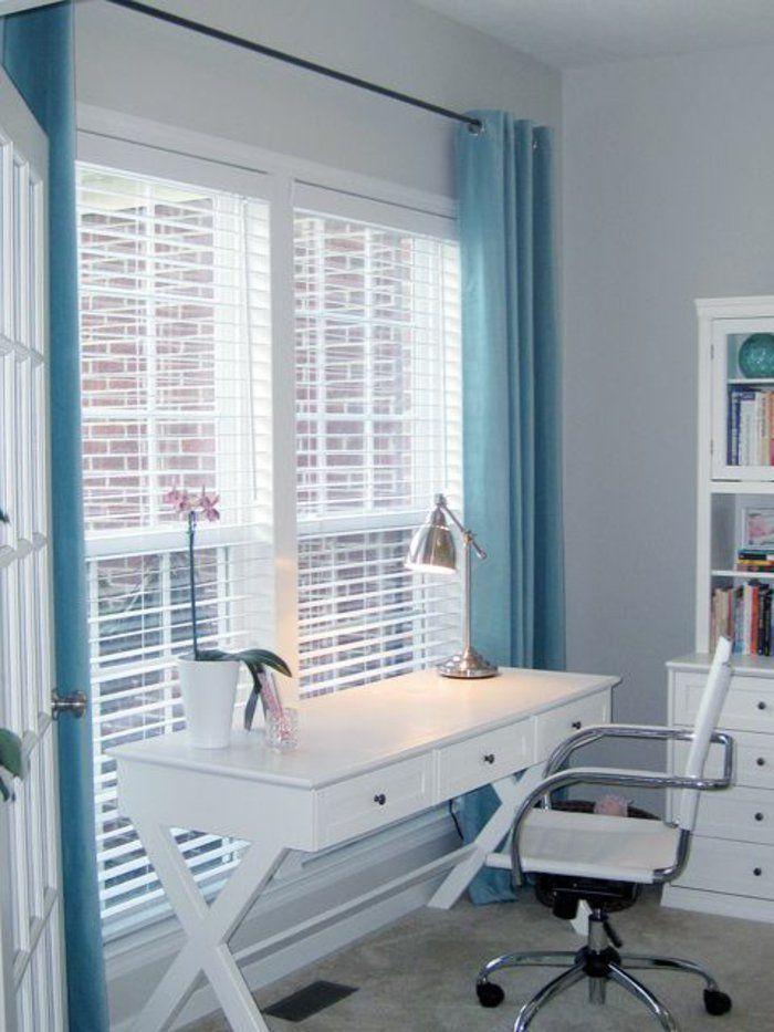 stores vénitiens ikea design pas cher, rideaux longs bleus, chaise de bureau blanche, murs gris, bureau en bois blanc