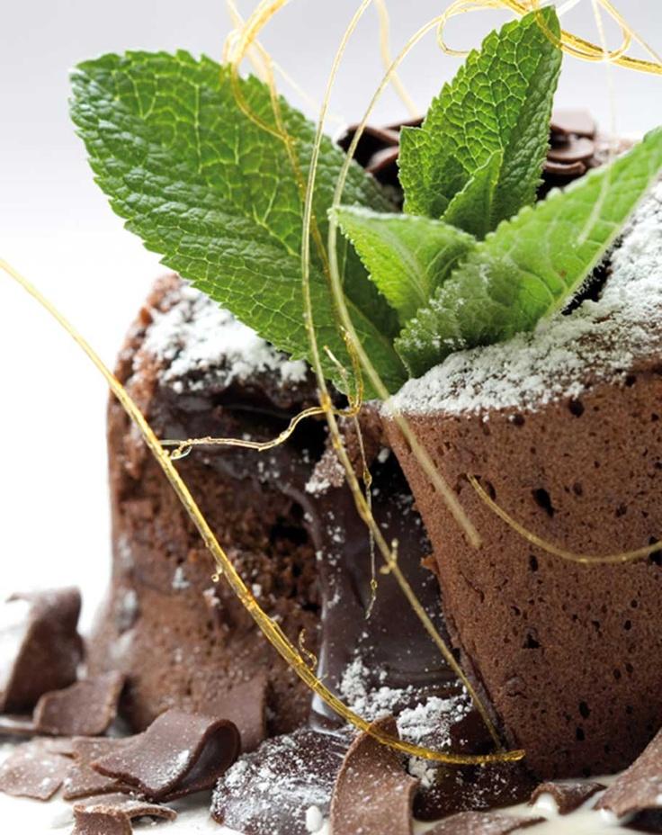 Laktosefri sjokoladefondant laget med 70% sjokolade og kokossukker. Full oppskrift: http://www.soma.no/oppskrifter/bakverk/sjokoladefondant/