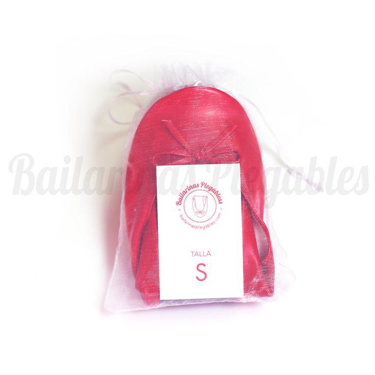 Bailarinas Plegables Rojas en bolsita de organza. ¿Por qué no dar un toque de color a tu boda? Unas bailarinas originales e ideales para bodas en primavera y verano.