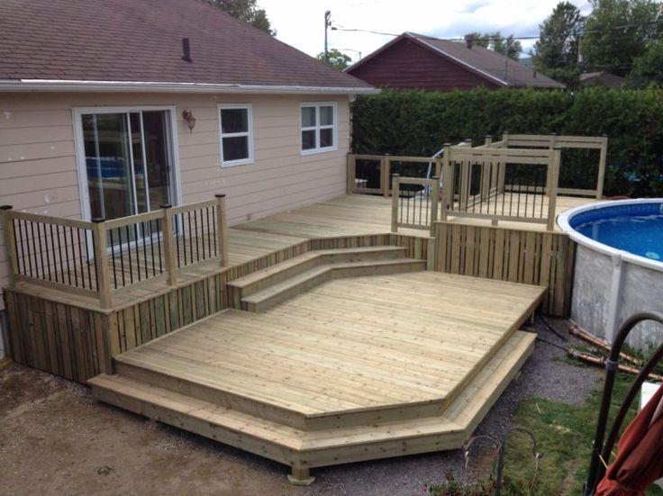 Cette spacieuse terrasse en bois sur 2 niveaux est entourée de garde - construire sa terrasse bois