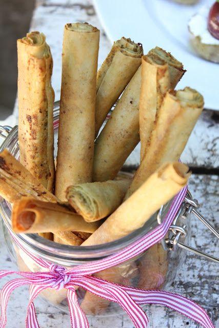 Strudelteig-Pesto-Sticks, ein Hingucker auf dem Buffet. Und hier ist das Rezept http://wolkenfeeskuechenwerkstatt.blogspot.de/2013/05/fingerfood-buffet-metro.html