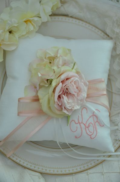 Initial ring pillow by AYANO TACHIHARA Wedding Design