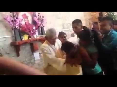 Sacerdote agrede a bebés  en bautizo Veracruz.  las imagenes hablan por si solas... esto no tiene nada que ver con el cristianismo de Jesus