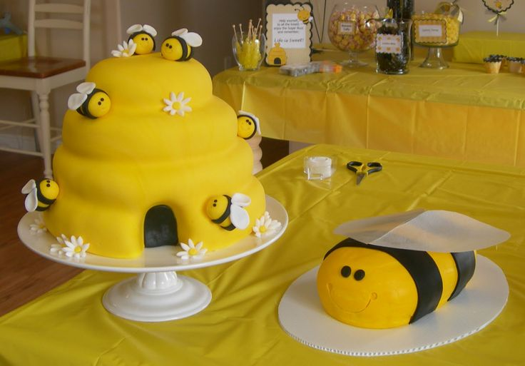 the beehive was 4 layers of vanilla cake iced in vanilla buttercream ...