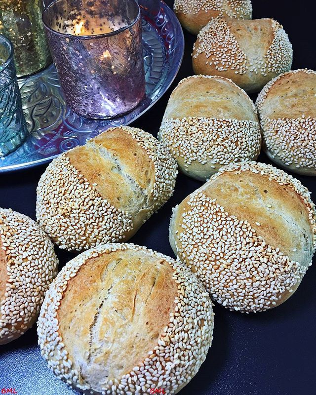 Wenn ihr schnell mal leckere Brötchen braucht, probiert doch mal diese Sesam-Joghurtbrötchen aus...das Rezept findet ihr ab 9 Uhr auf meinem Blog 😀#igers#igersgermany #instafood#foodie#foodstagram#foodporn#foodblogger_de #foodblogliebebacken #ichliebefoodblogs #rezeptebuchcom #feedfeed #brötchen#breakfastrolls#backen#baking#sesam#joghurt#lecker#yummy#breakfast#frühstück#wochenende#f52gram @ich.liebe.foodblogs @rezeptebuchcom #homebaking #selbstgebacken