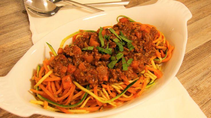 En populær klassisk italiensk rett som finnes i mange ulike varianter. Her er oppskrift på en sunn, kalorifattig og kjempegod bolognesesaus. Jeg har byttet ut spagettien med strimler av gulrøtter o…