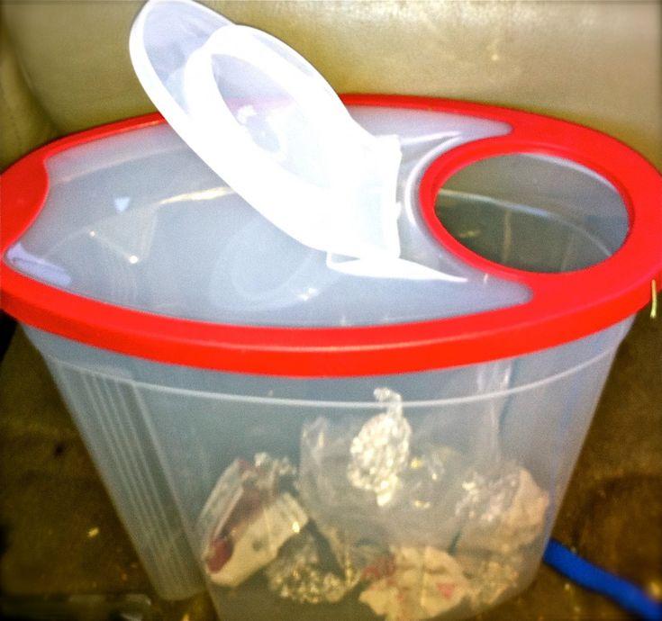 Un récipient à céréales transformé en poubelle de voiture. Parfait pour les roads trip