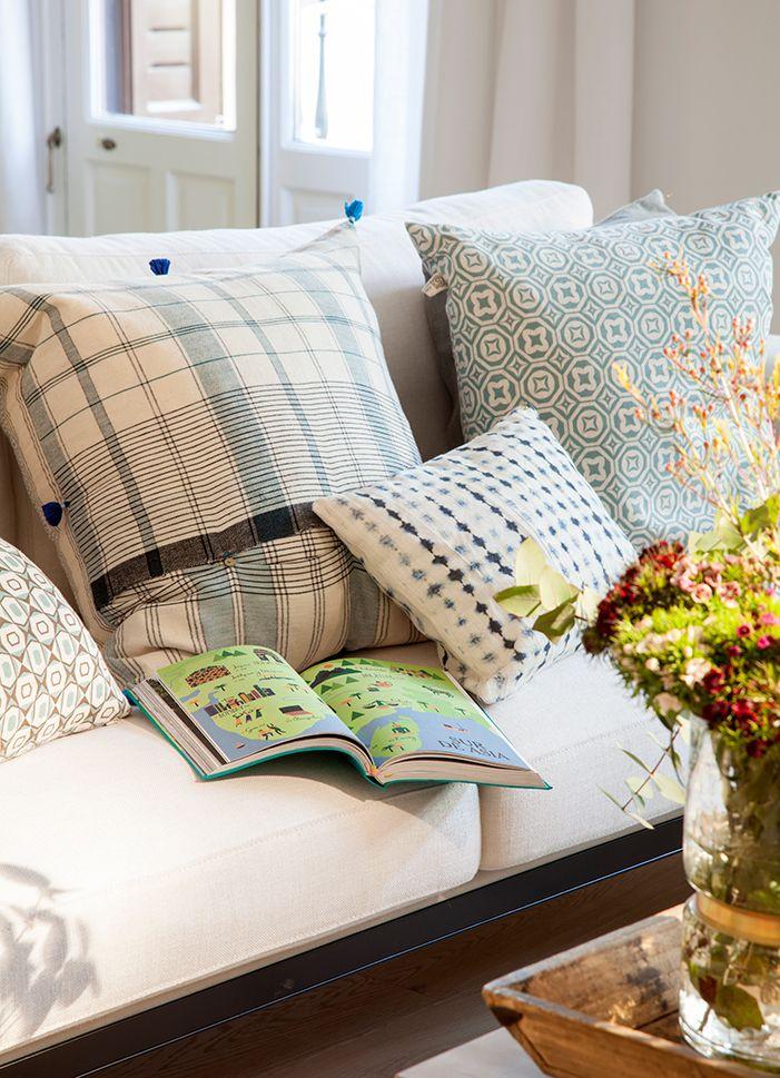 70 Combinaciones De Cojines Que Renuevan Tu Sofá Y Tu Salón Cojines Sofas De Colores Decoración De Unas
