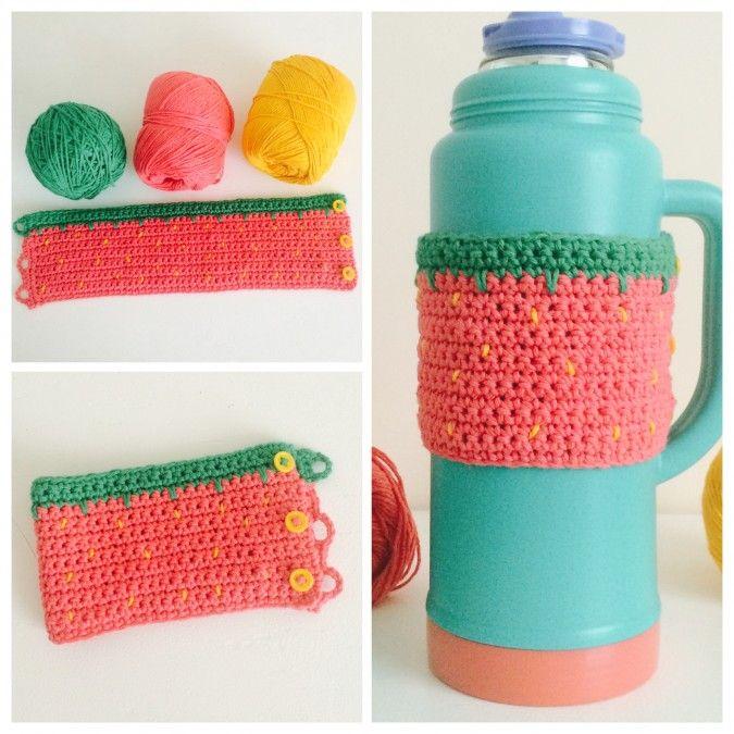Simpática funda de frutilla para termo tejida a crochet.  Esta funda está tejida en hilo de algodón y viene con tres botones, por lo que es  ideal para ...