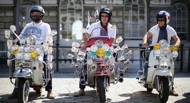 Sejumlah anggota komunitas motor klasik, bergaya di depan Somerset House. Salah seorang anggota komunitas mendandani motornya, menggunakan puluhan kaca spion bergaya retro. London, Inggris, 22 Agustus 2015. Dan Kitwood / Getty Images