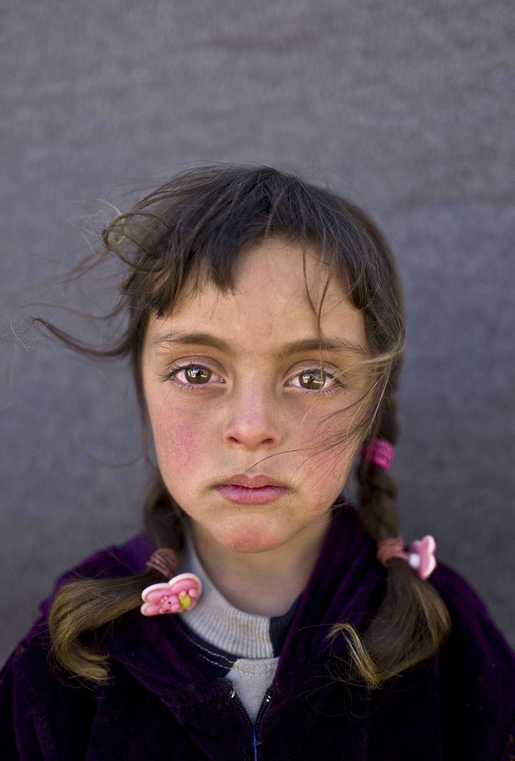 Es ist Zahras Gesicht. Das Antlitz eines erst fünfjährigen syrischen Mädchens in einem Flüchtlingslager in Jordanien. Zahras Eltern sind mit ihr und sieben weiteren Kindern 2015 vor dem Krieg geflohen. Seither leben sie in einem Zelt. Der Vater, früher fuhr er Taxi und arbeitete auf seinem Hof, sucht Arbeit auf den Feldern des Jordantals; Schulbesuch ist seinen Kindern nicht möglich.