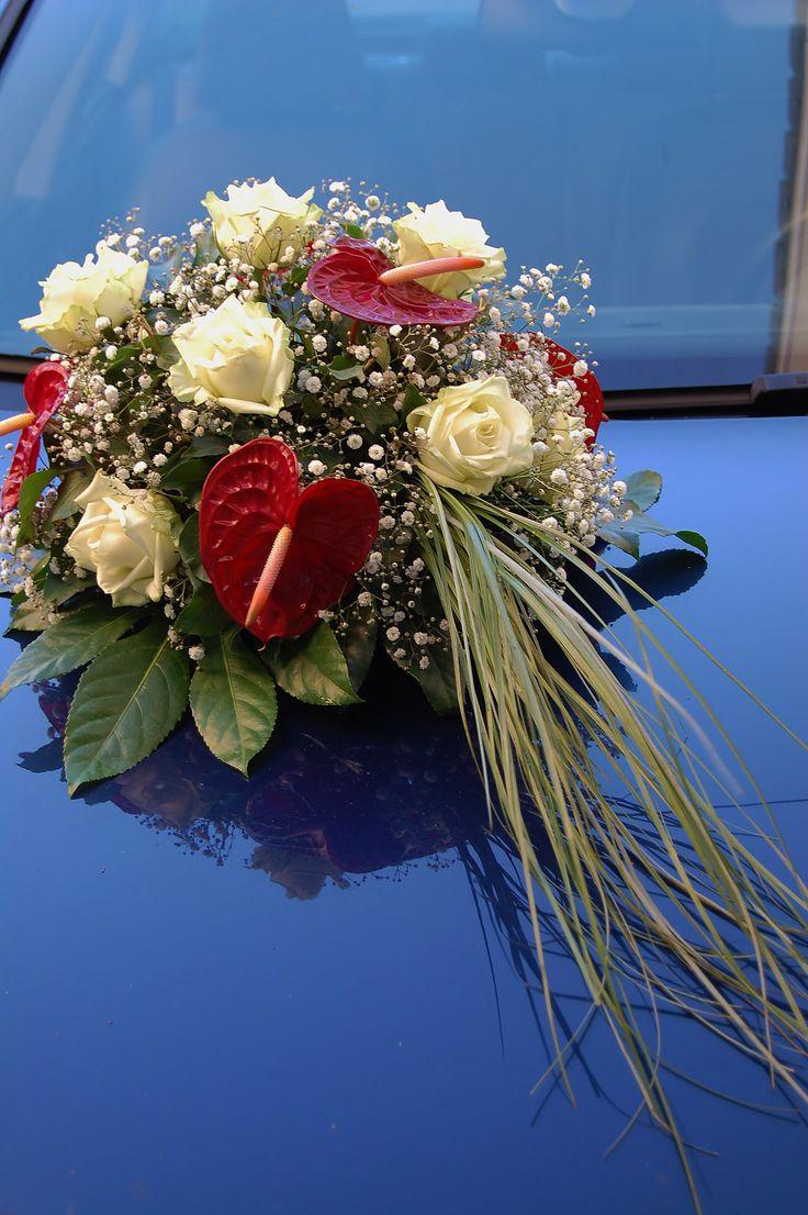 Bruidsdecoratie - autostuk. Witte roos, wit gipskruid, rode Anthurium. www.meesterlijkgroen.nl