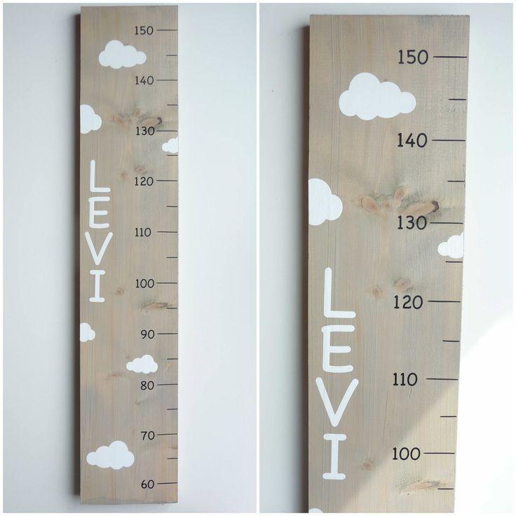 Groeimeter met naam en wolken, van hout.