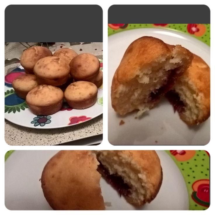 Torta di mele e muffin con marmellata.