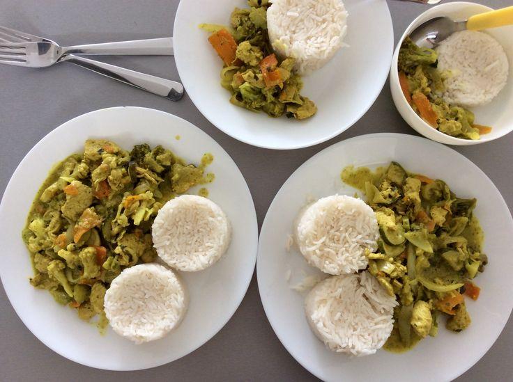 """Thajské žluto-zelené karí z krůtích prsou, zeleniny a kokosového """"mléka"""" s rýží"""