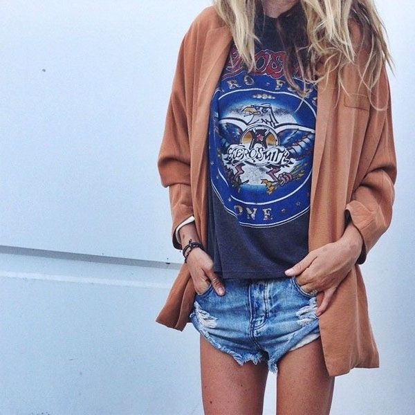 Look T-Shirt estampada, short jeans e camisa oversized marrom