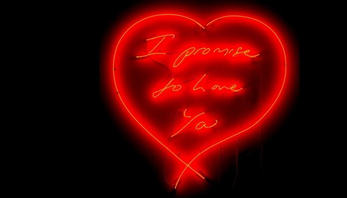 К Дню святого Валентина на экранах Таймс-сквер сияют неоновые работы британской художницы Трейси Эмин, будто написанные невидимой рукой