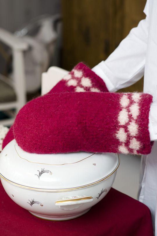 Novita felting ideas, knitted and felted oven mitts made with Novita Joki (River) yarn #novitaknits https://www.novitaknits.com/en