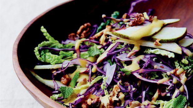Díky zahřívací hořčici a vydatné kapustě je tento salát ideální volbou pro zimní měsíce, protože pálivý dijon pomáhá zahnat chlad. Klasický pár hrušky a vlašských ořechů oživí čerstvá máta. Celý salát lze udělat velice rychle. A dokonale se hodí k nedělní pečeni nebo jako rychlý oběd.
