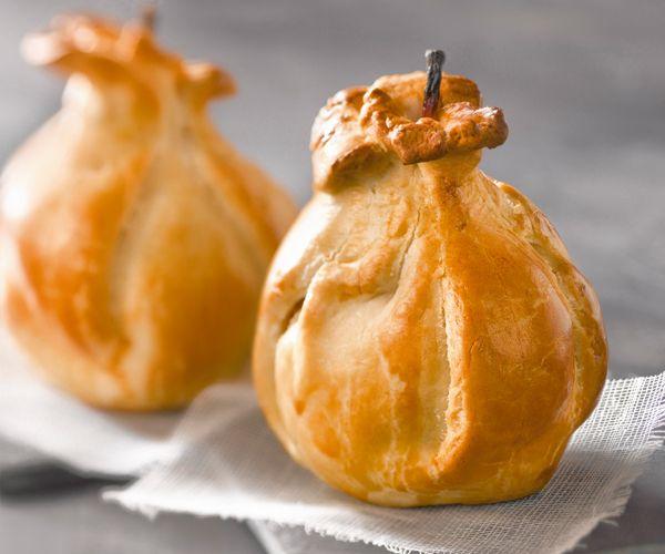Découvrez la recette d'une spécialité normande : les douillons de poires. Faciles à faire, ces douceurs se dégustent en dessert.