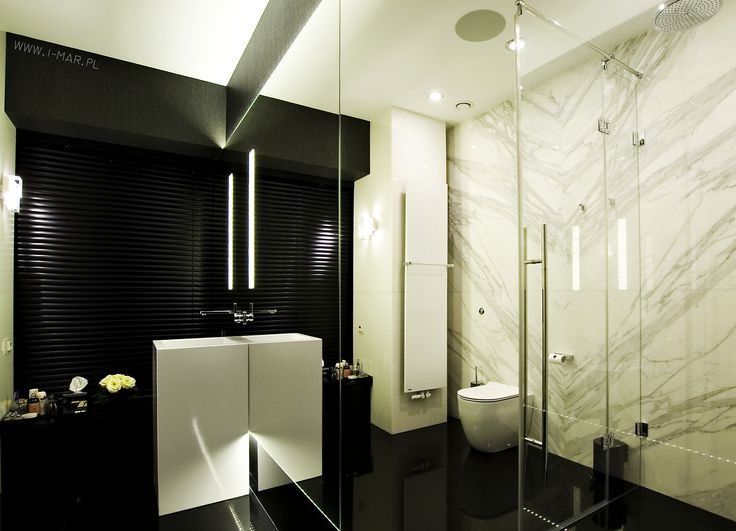 Bathroom made of granite Cosmic Black, with bright wallpanels made of marble Bianco Calacatta. @imarpolska Przedsiębiorstwo Kamieniarskie. Łazienka wykonana z granitu Cosmic Black, ze ścianami wykonanymi z marmuru Bianco Calacatta.