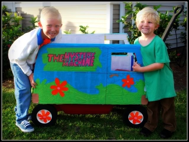 DIY Homemade Scooby-Doo Costumes: Fred & Shaggy with Mystery Machine #ScoobyDoo #Cosplay