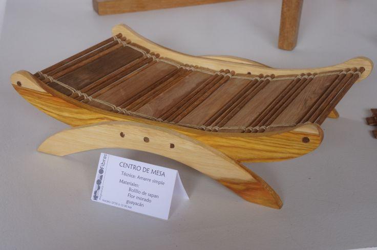 Amarre simple - Material: Bolillo de sapan, flor morado y guayacán.